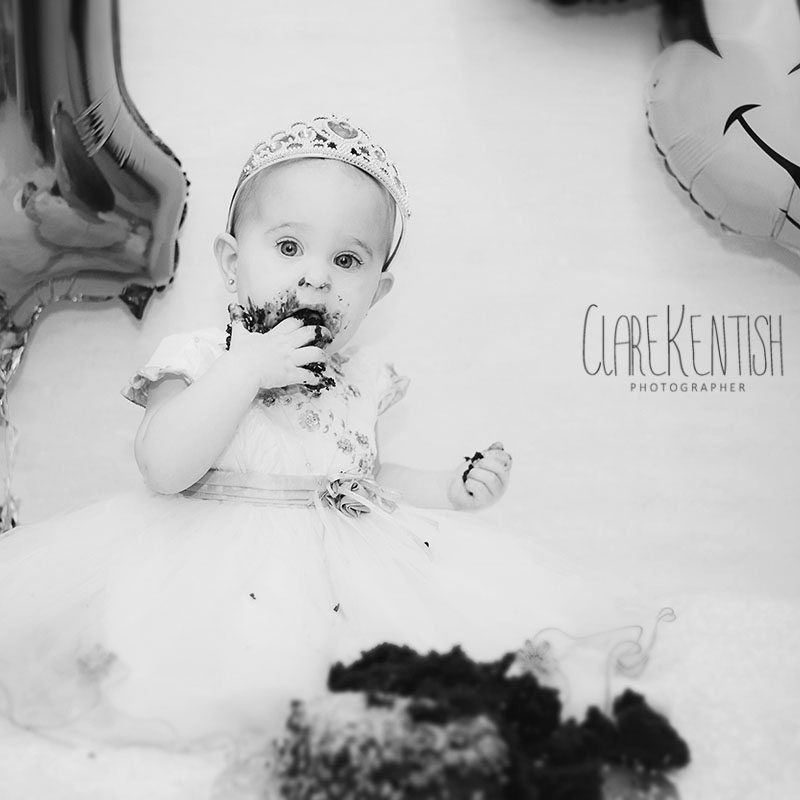 Clare_Kentish_Photography_Rayleigh_Essex_Photographer_Family_Pictures_Cake_Smash_Skyla_10
