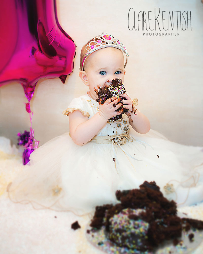 Clare_Kentish_Photography_Rayleigh_Essex_Photographer_Family_Pictures_Cake_Smash_Skyla_11